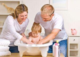 niemowlę, mama, tata, kąpiel