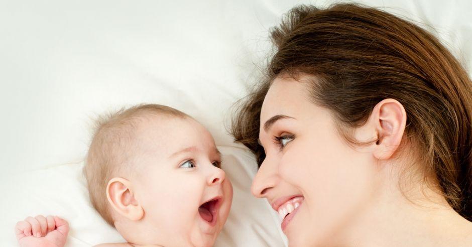 niemowlę, mama, zabawa, rozwój mowy