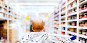niemowlę na zakupach w wózku sklepowym