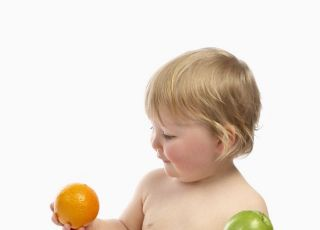 niemowlę, owoce, jabłko, pomarańcza, karmienie niemowlaka