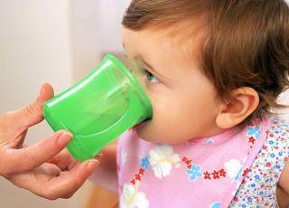 niemowlę, picie, kubeczek, woda dla niemowlaka, picie dla niemowlaka