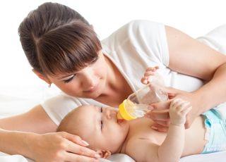Czy niemowlę karmione butelką musi pić wodę?