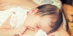 niemowlę przy piersi
