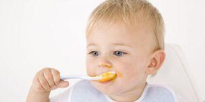 niemowlę, rozszerzanie diety, jedzenie, miseczka, łyżeczka
