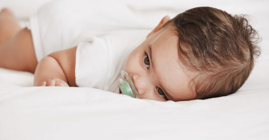 jak nauczyć dziecko spać w łóżeczku