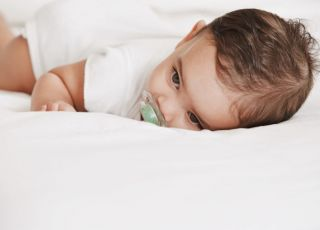 niemowlę, sen, łóżko, smoczek