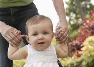 niemowlę, spacer, nauka chodzenia