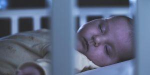 Niemowlę śpi w łóżeczku