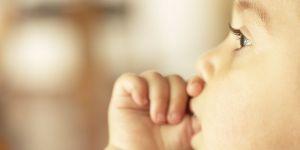 niemowlę, ssanie kciuka