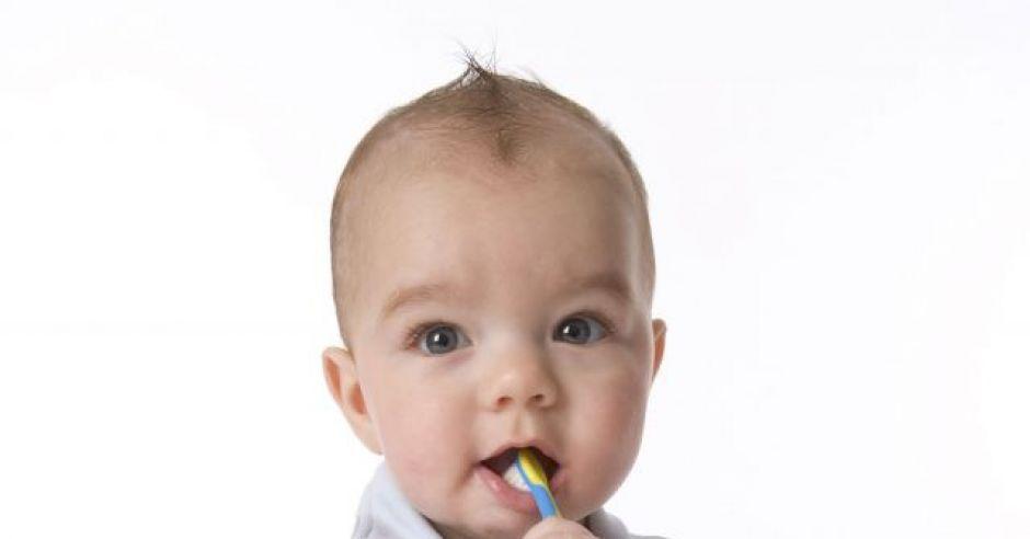 niemowlę, szczoteczka do zębów, ząbki, ząbkowanie