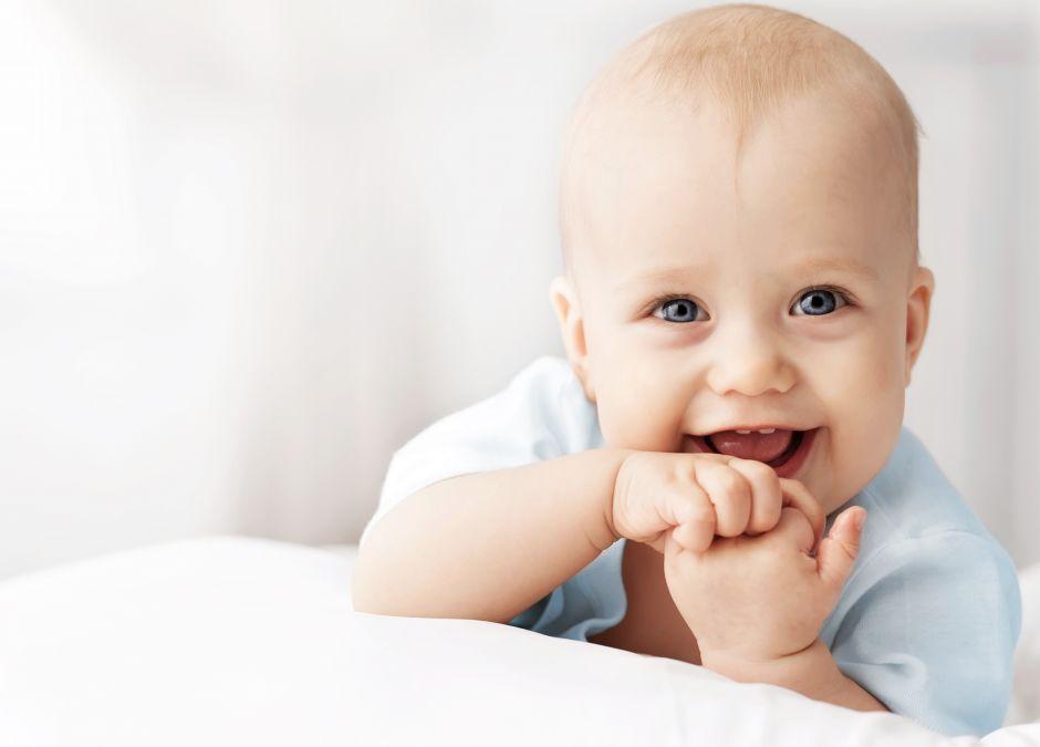 niemowlę uśmiecha się