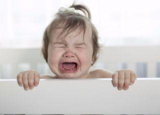 Niemowlę wypadło z łóżeczka pod opieką pijanych rodziców