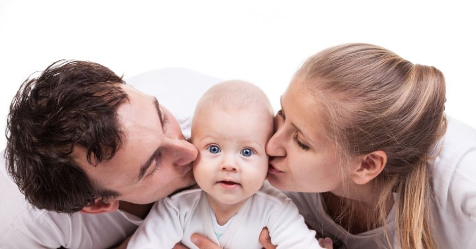 niemowlę z rodzicami
