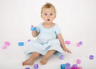niemowlę, zabawa, klocki, dziewczynka