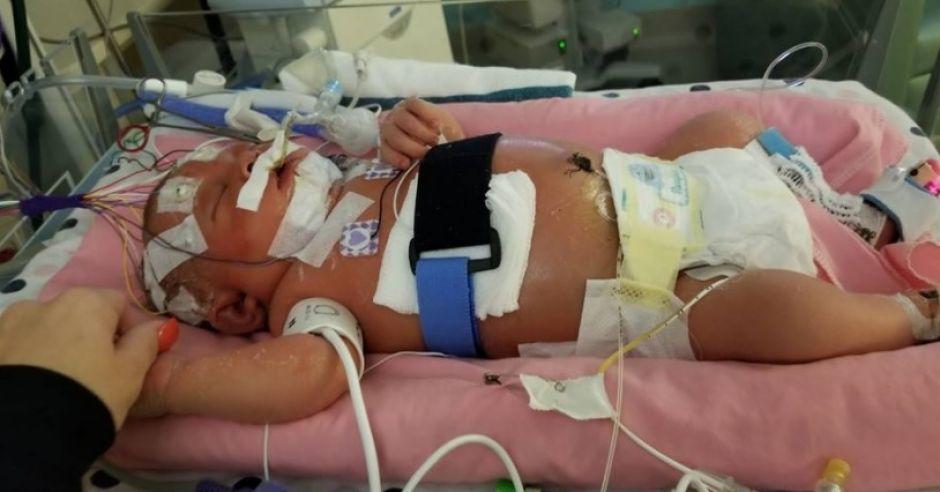 Niemowlę zarażone wirusem opryszczki walczy o życie w szpitalu