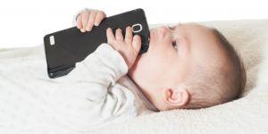 Niemowlęta często wkładają do buzi telefony, chociaż znajdują się na nich niebezpieczne bakterie