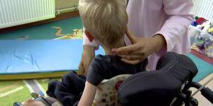 NIepełnosprawny chłopiec nie może jeździć w wózku po szkole