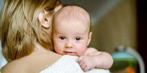 Niepracująca mama trzyma w ramionach niemowlę