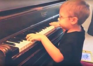 Niewidomy sześciolatek gra na pianinie utwory zespołu Queen