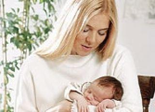 noszenie noworodka, trzymanie noworodka