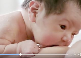 To, co robi ten noworodek w 1. godzinie życia, rozczuli każdą matkę!