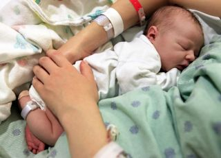 Noworodek śpi w szpitalu z mamą
