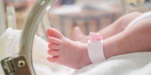 Noworodek w szpitalu z obrażeniami krocza