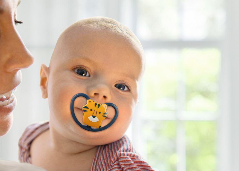 NUK dziecko ze smoczkiem