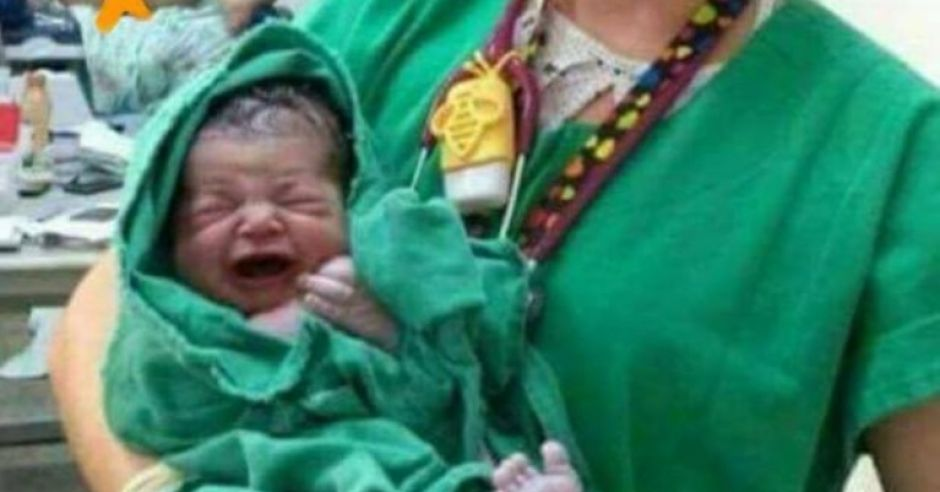 Oburzające zdjęcie noworodka z porodówki