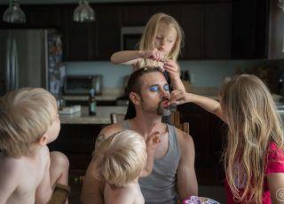 ojciec bawi się z dzieciakami  - makijaż i fryzura