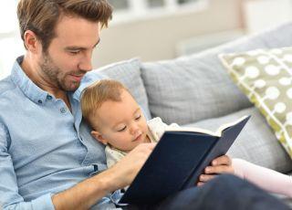 ojciec czyta dziecku