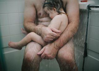 Ojciec tuli chore dziecko pod prysznicem