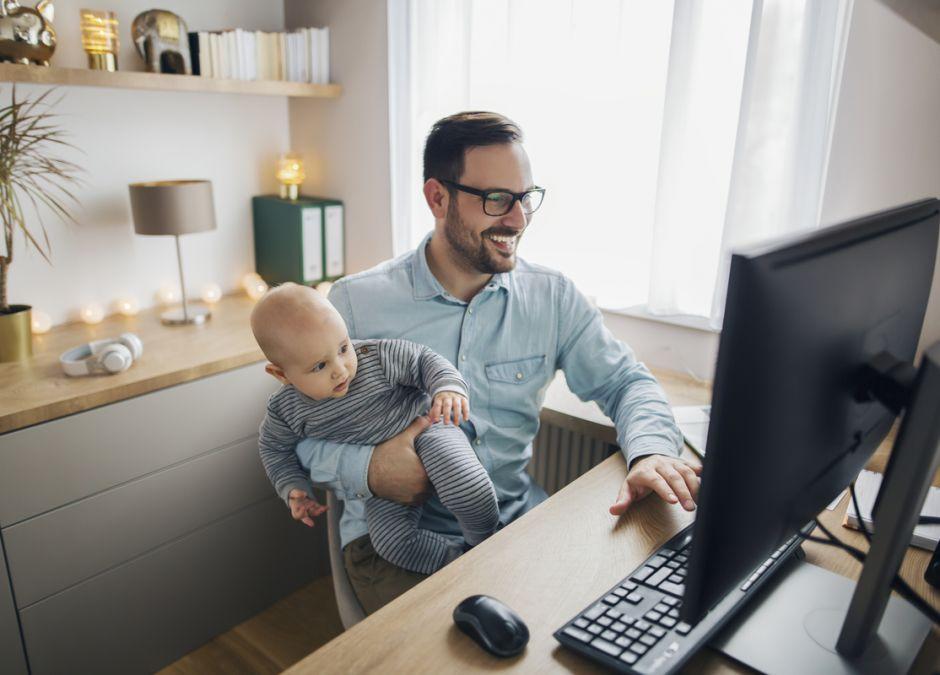 Ojciec z dzieckiem pracuje w domu