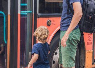 Ojciec z dzieckiem w komunikacji miejskiej
