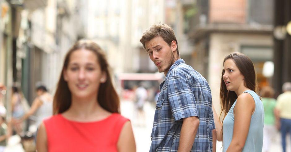 On ogląda się za innymi kobietami