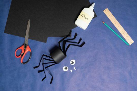 papierowy pająk na halloween krok 3