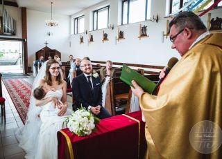 Panna młoda karmi dziecko piersią podczas ślubu