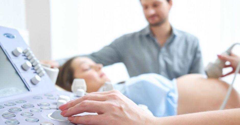Para podczas badania USG w ciąży
