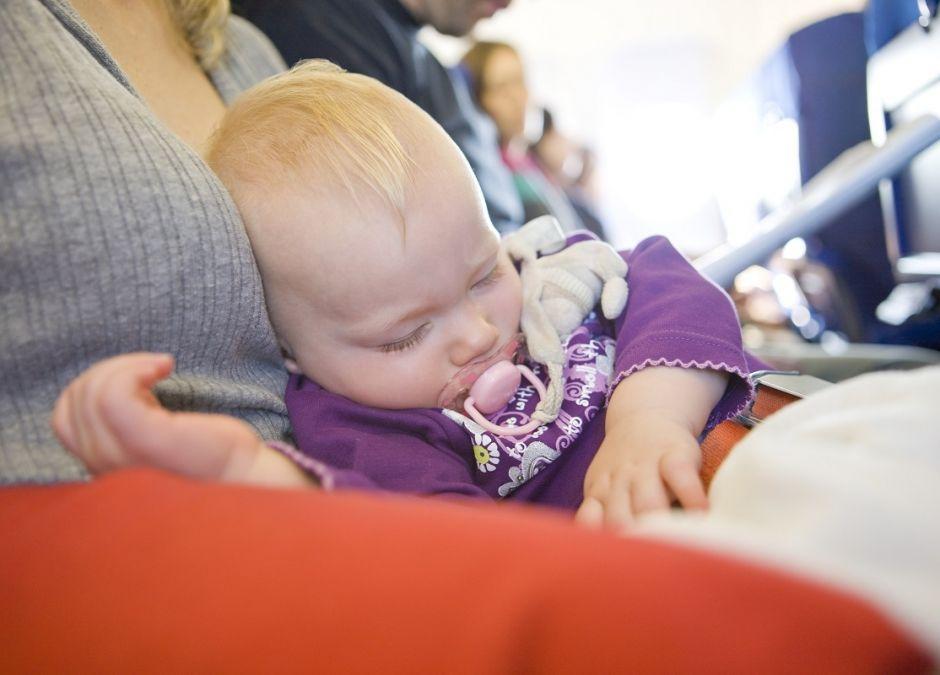 Pasażerka awanturowała się, że musi lecieć w samolocie obok mamy z dzieckiem