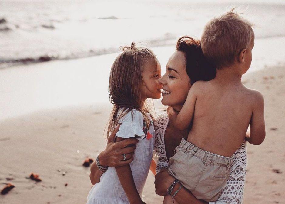 Paulina Krupińska-Karpiel z dziećmi na plaży w Hiszpanii
