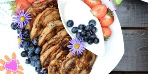 Pełnoziarniste racuszki z płatkami na bazie kefiru z owocami - przepis dla dziecka na Babyonlinepl
