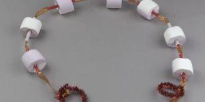 Piankowy łańcuch na choinkę