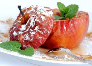 Pieczone jabłko z żurawiną i cukrem pudrem
