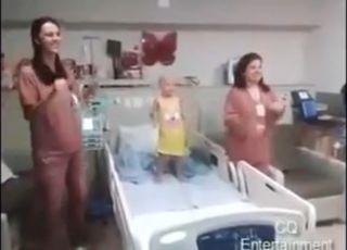 Pielęgniarki tańczą z dziewczynką chorą na raka