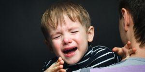 Pierwsze dni w przedszkolu nie zawsze są łatwe. Czasem dzieci rozdzierająco płaczą.