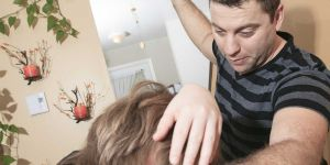 Pijany ojciec bije dziecko