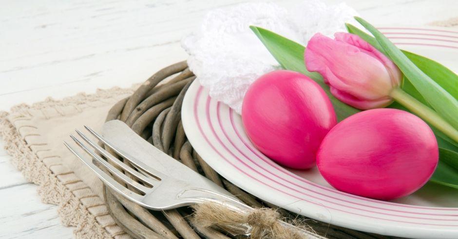 pisanki, jajka, wielkanoc, dekoracja stołu, stół