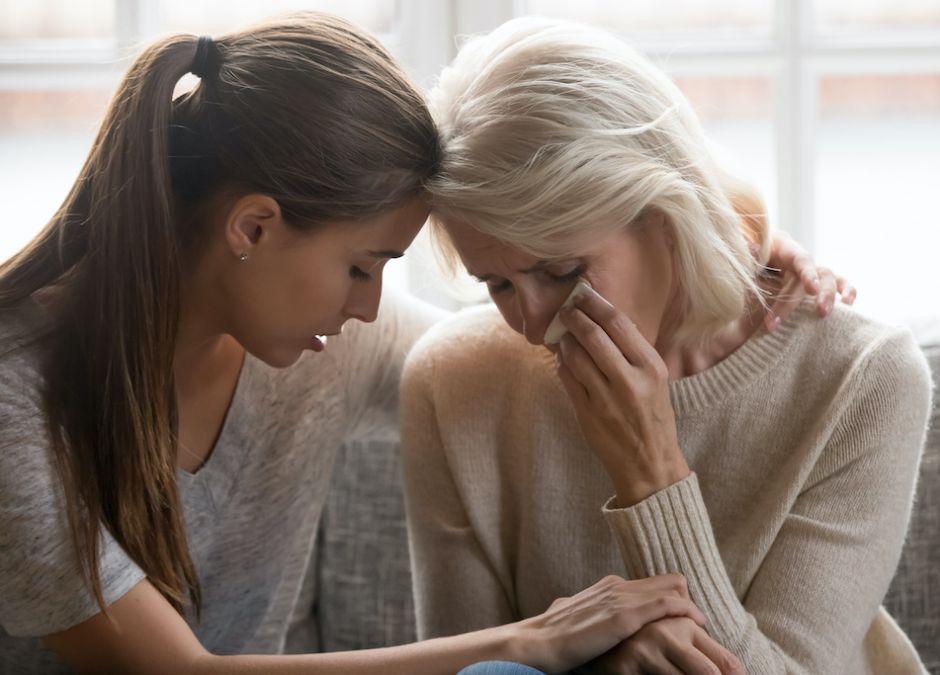 płacząca mama z córką, smutek