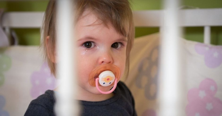Płaczące dziecko w łóżeczku bez opieki