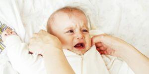 Płaczące niemowlę zostawione w łóżeczku przez mamę